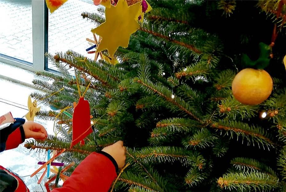 Kinder Schmücken Weihnachtsbaum Und Fenster