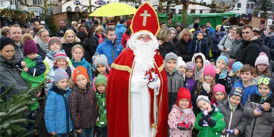St Nikolaus überraschte Mit Geschenken