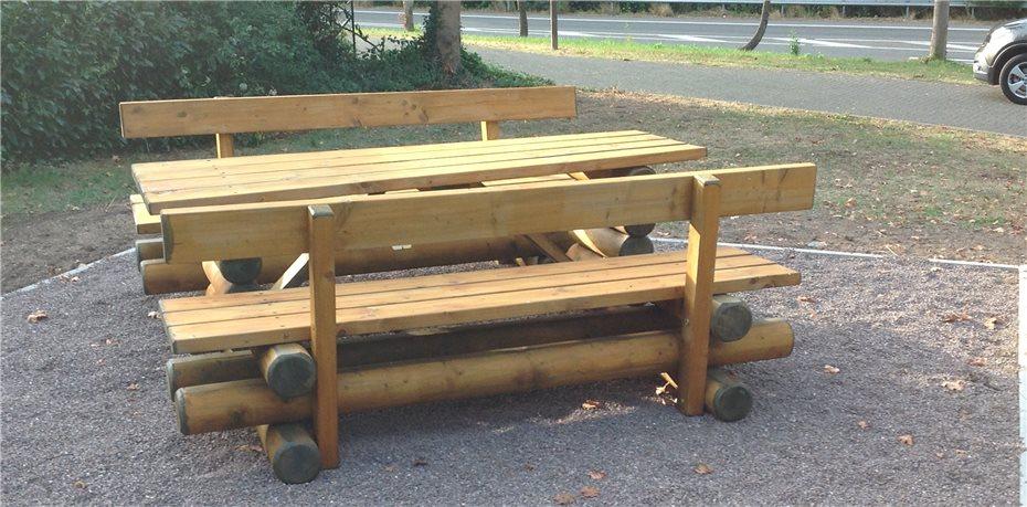 Neue Holzbänke und Tisch