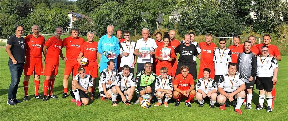 Fussball Legenden Und Menschen Mit Behinderung Kicken Gemeinsam
